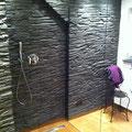 Dusche mit TotalStone-Wandverkleidung M-095 Schiefer schwarz mit neuer Beleuchtung und Fliesen in Holzoptik