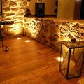 Wandverkleidung mit TotalStone-Steinpaneel M-076 Ginestar special, neu verputzte Wände, PVC-Bodenbelag und Bodeneinbauleuchten