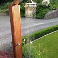 Villa nuova-Manufaktur: Gartendusche aus Bangkirai mit Nostalgie-Duschkopf und -Armatur