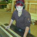 23.10.2017 - Das sich genierende Lächeln einer hervorragenden Lehrtochter ;-)  Djara beim Zubereiten der Holzroste.