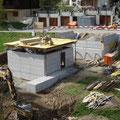 25.04.2014 - Der Beton nimmt unbekannte Gestalt an und die Decke schwebt. Spätestens jetzt wissen die vielen Vorbeigehenden nicht mehr was mit diesem Bau anfangen.