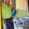 08.08.2016 - Gilbert unterdessen im biä am Specksteinofen bauen.