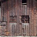 21.09.2014 - Uralte Holzfassaden an Scheunen in Gampel wo der Blockbau fehlt. Erstellt nach dem Dorfbrand  1890. Äusserst lebendig und inspirierend für die Fassade des biä-neetär. Mal schauen.