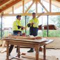 02.08.2014 - Wie so oft die letzten Wochen, regnet es. Gelbes Gwandji und rauf aufs Dach. Als Werkbank dient nun ein alter Nussbaumtisch den wir später samt Bauspuren und umgeändert in die Stube integrieren.