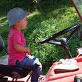 12.08.2014 - Glitschiger Boden. Traktor samt Chauffeuse stehen voller Tatendrang und konzentriert bereit um allenfalls per Allrad den Pickup die Wiese hochzuziehen.