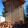 16.07.2016 - Irgendwie zwischendurch schon mal ans Holz weil es Spass macht diesen widerspenstigen Lärch zu spalten. Natürlich von Hand. Rechts im Bild eine Foto Margona.