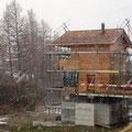 02.04.2015 - Stürme, kalt, nass, guggsu ... und die Alufenster über die Fassade einbauen. Eigentlich Horror, eine Zumutung für den Menschen.