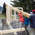 05.08.2016 - Strömender Regen. Alle in den Ferien oder am liggu........üssär wiär. Herrlich war es, in Jeizinen von Hand ein neues Gebäude aus Holz aufzustellen, selbst wenn es nicht so gross ist.