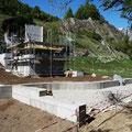 31.05.2014 - Baumeister seit Dienstag weg. Gestern Freitag haben wir Fassadengerüst weitergezogen. Alles steht bereit für den Holzbau am 10. Juni.