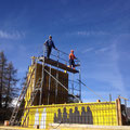 08.05.2014 - Die Königsetappe steht an. Auf fast 10 m schwindelhohem Gerüst prüfen wir die Schalung für die Küchentrennwand mit 410 cm Höhe und nur 15 cm Dicke.