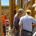 16.04.2014 - Elektriker und Sanitär machen die gleichzeitige Arbeit im engen EG zusammen mit den Maurern noch enger.