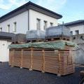 19.12.2014 - Von Hand alles umtischen, Luft lassen, abdecken und unter Last geben. Die Fassade des Stadels trocknet nun bis anfangs Sommer im Walliserföhn.