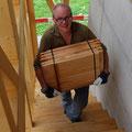 11.08.2014 - Die letzten gut 750 kg Schindeln trägt Patrice. Ein treuer Feriengast in Jeizinen der das Projekt aktiv unterstützt.