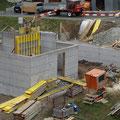 18.04.2014 - Am Karfreitag hat der Bauherr das ganze EG ausgeschalt. Wuchtig trotz Kleine präsentiert sich das kompakte EG. Plötzlich werden auch Leute auf diesen Bau aufmerksam.
