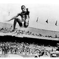Bob Beaman 1946 | Springt 1968 eine Weite von 8.90m. Heute gumpen die Athleten so um gut 8.00m.