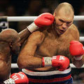 Evander Holyfield 1962 | Ein Modellathlet im und nebem dem Ring. Wurde vom Primaten Tyson blutig gebissen. Misst sich 2008 mit dem Riesen Valujew und dann besiegt er 2010 Francois Botha, mit 48 Jahren.