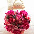 生花の濃いピンク系のハートの形のバッグ型ブーケ