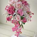 キャロル ピンクのバラとコチョウランのアーティフィシャルフラワーのキャスケードブーケ