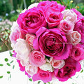 生花のピンクのオールドローズのラウンドブーケ