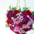 生花のピンク系のバラのハートの形のバッグ型ブーケ