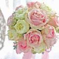 生花の淡いピンクのラウンドブーケ