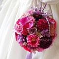 ゆうな 濃いピンクのアーティフィシャルフラワーの手まり風ブーケ
