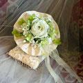 ヘイゼル 白いバラとアジサイのアーティフィシャルフラワーのラウンドブーケ
