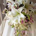 生花のユリと桜のキャスケードブーケ