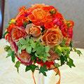 生花のオレンジのバラとグリーンのデンファレのラウンドブーケ