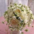 生花の白いバラとスカビオサのラウンドブーケ