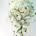 生花のオフホワイトのバラのキャスケードブーケ