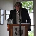 Hans Till (Leiter des Projekts Poesie der Nachbarn) bei der Abschlusslesung am 1.Juli 2012 im Künstlerhaus Edenkoben