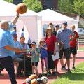 Mächtig Kraft in den Armen hat Hans Bayer, der den Medizinball viele Meter weit wirft.