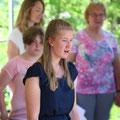 """Ein """"Best of"""" ihrer bisherigen Musical gab es von der Musicalgruppe der Lebenshilfe Haßberge (im Vordergrund Luisa Krauser)."""