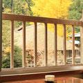 客室からの眺め・・・茅葺屋根と季節の移ろいをご覧いただけます