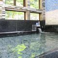 渓流が望め、開放感あふれるお風呂