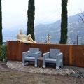 Gartenskulptur. Stühle aus Stein mit beweglicher Rückenlehne