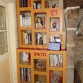 une bibliothèque en carton