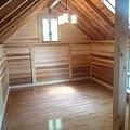 ヨーロッパの山小屋をイメージ(14名定員)。三角屋根の天窓がかわいい(2階部)。