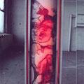 Prinzendorfrolle / 40 x 160 x 50 / Garaphit auf 10 m lange Papierrolle, mit Vaseline bearbeitet, auf zwei Rollen befestigt, mit roter Rückbeleuchtung, drehbar für den Betrachter