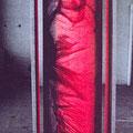 Prinzendorfrolle// 40 x 160 x 50 / Garaphit auf 10 m lange Papierrolle, mit Vaseline bearbeitet, auf zwei Rollen befestigt, mit roter Rückbeleuchtung, drehbar für den Betrachter