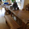 テーブルとイスは、座り心地にこだわって高さを吟味しました。