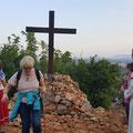 """Das Kreuz erinnert an die Tränen der Gospa hier vor einem Kreuz am 26.6.81. Zu Marija P. sagte sie: """"Frieden, Frieden muss herrschen zwischen Gott u den Menschen u unter den Menschen"""". Genau 10 Jahre später begann der 1. Balkan-Krieg."""