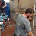 Ein angehender Anlagenmechaniker, der Versorgungsleitungen für ein Gasbrennwertgerät montiert.
