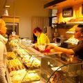 Besucher lassen sich an der JPRS-Bäckertheke mit selbst gemachten Leckereien verköstigen