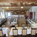 Geburtstag im Saal, ca. 50 Personen, Tische in U-Form mit Durchgang und Mittelreihe