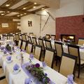 Hochzeit im Saal, ca. 120 Personen, Tische im Fischgrätenmuster