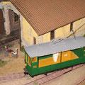 Remise und Werkstätte beim Bahnhof Saint-Paule mit Strassenbahn Gütermotorwagen der Überlandstrassenbahn Rolle–Gimel (RG) gebaut nach der Skizze im Buch Les Tramways Vaudoise.