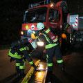 Der erste Trupp beginnt mit der Rettung der ersten verletzten Person