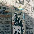 De muur die Palestina van Jeruzalem scheidt, versierd met protestkunst.